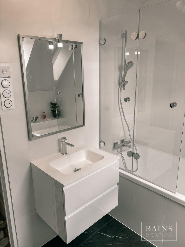 salle de bain blanche et grise ardoise