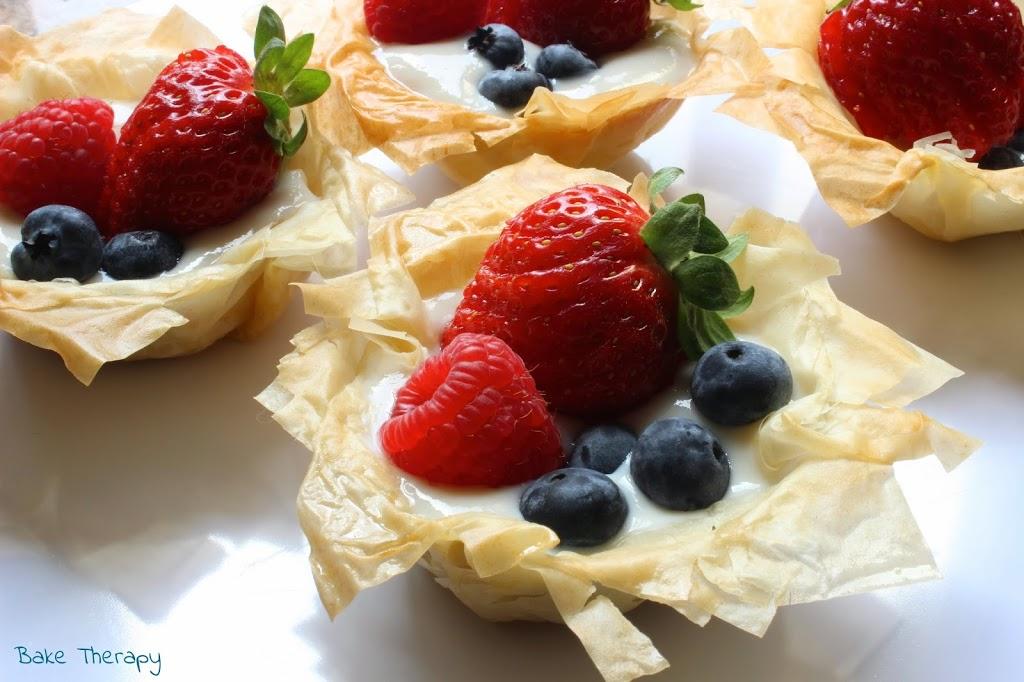 Cestini di pasta fillo con yogurt greco e frutta