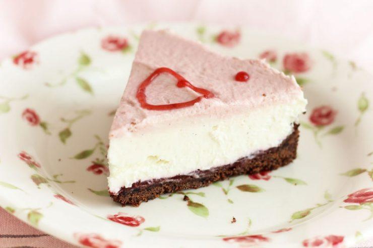Cheesecake senza cottura di San Valentino ai lamponi e cioccolato. Foto 3/3