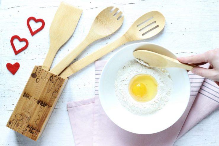 Mestoli in legno personalizzati con impasto per dolce di San Valentino