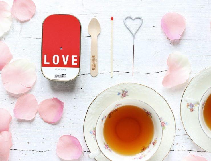 Wonder cake alla fragola con tazze di tea.