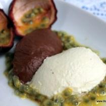 Duo van chocolademousse, Witte chocolademousse en pure chocolademousse met passievrucht en marasquin, Vrouwelijk gerecht The Jane Antwerpen