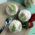 Groene thee cupcakes met aardbeiencrème