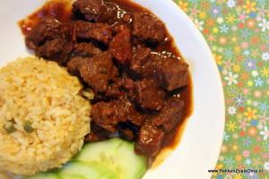 Arubaanse stoofpot met rundvlees, komkommers en rijst op een bord
