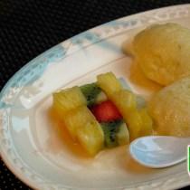 Ananassorbet met in blokjes gesneden fruit op een bordje