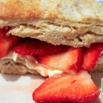Close up scones met aardbeien en clotted cream