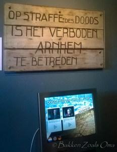 Dit bord hangt in het Airbornemuseum in Arnhem. Na de mislukte operatie Market Garden werd iedereen in Arnhem verplicht geëvacueerd. De stad ging op slot. Niemand mocht er blijven. Iedereen moest vluchten.