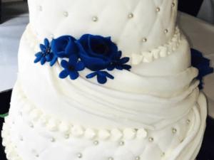 bruidstaart blauwe roos