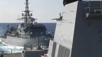 صورة شاهد : كارثة كادت تحدُث .. سفينة حربية روسية تقترب من مدمرة للبحرية الأمريكية