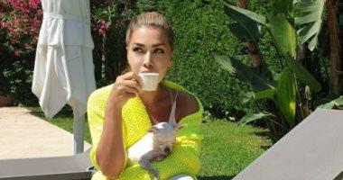 صورة نوال الزغبى فى إطلالة أنيقة باللون الأصفر.. اعرف رأيها فى القهوة
