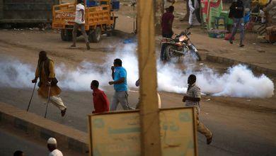 صورة الشرطة السودانية تطلق قنابل غاز مسيل للدموع على محتجين بالخرطوم