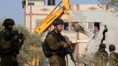 صورة الاحتلال يجبر عائلتين على هدم منزليهما وأخرى على هدم بركسات في القدس