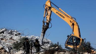 صورة الاحتلال يهدم منزلاً ويفتش عدة منازل في الخليل