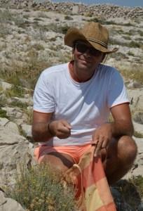 Peter Gstettner beim Pflanzen sammeln