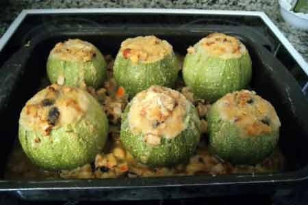 mit Meeresfrüchten gefüllte Zucchini
