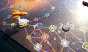 Una volta costruita la stazione spaziale del sistema di asteroidi quella originale cade in disuso: è uno dei casi in cui costruirla può essere incisivo sulla partita, visto che navigare tra quei grossi sassi non è il massimo della vita...