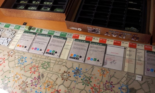 Anche la phase track su cui posizionare le carte è ben concepita.