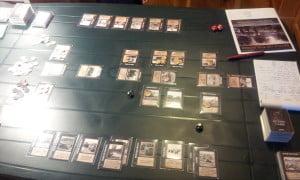 La partita si svolge coi giocatori seduti faccia a faccia; al centro del tavolo le 5 carte luogo, il cui controllo determina il vincitore (sono quelle in orizzontale).