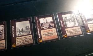Le carte azione dei russi includono le potenti carte dell'Operazione Urano: restano in gioco avvantaggiando il giocatore russo finché l'avversario non paga il costo/penalità descritto.