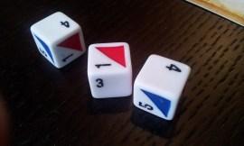 I dadi custom a sei facce inclusi nella confezione; il triangolo colorato indica il tipo di danni subiti durante il combattimento.