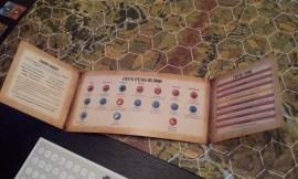 Lo schermo del giocatore contiene un utile player aid, con la procedura di combattimento, lo svolgersi del turno di gioco e gli effetti speciali dei danni.
