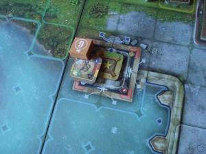 Nel gioco sono anche incluse tessere obbiettivo e tessere bonus, che conferiscono vantaggi a chi controlla la casella in cui sono posizionate.