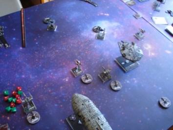 L'inizio della battaglia: uno dei due caccia imperiali si è avventatamente portato troppo avanti... è nell'arco frontale di troppi nemici!