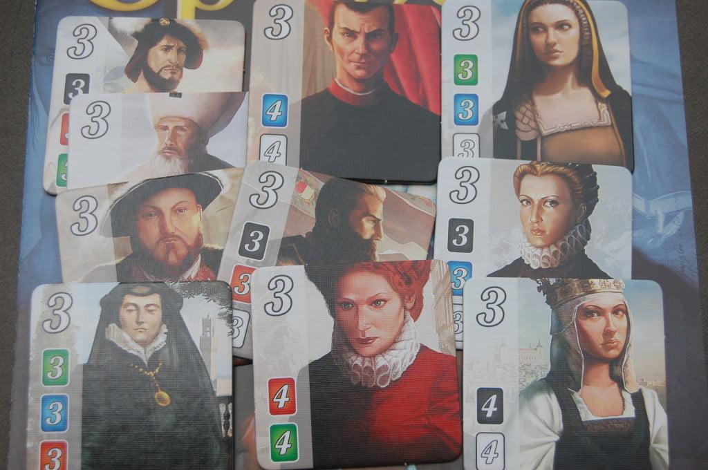 """I tasselli """"nobili"""". A sinistra di ognuno è possibile notare il colore e il numero di carte che un giocatore deve possedere per ricevere la visita del nobile."""