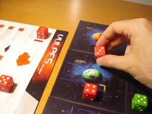 Ma il giocatore rosso non si perde d'animo, e sposta il suo Ricognitore in orbita per poi riconfigurarlo: ottiene un 3!!! Che fortuna...