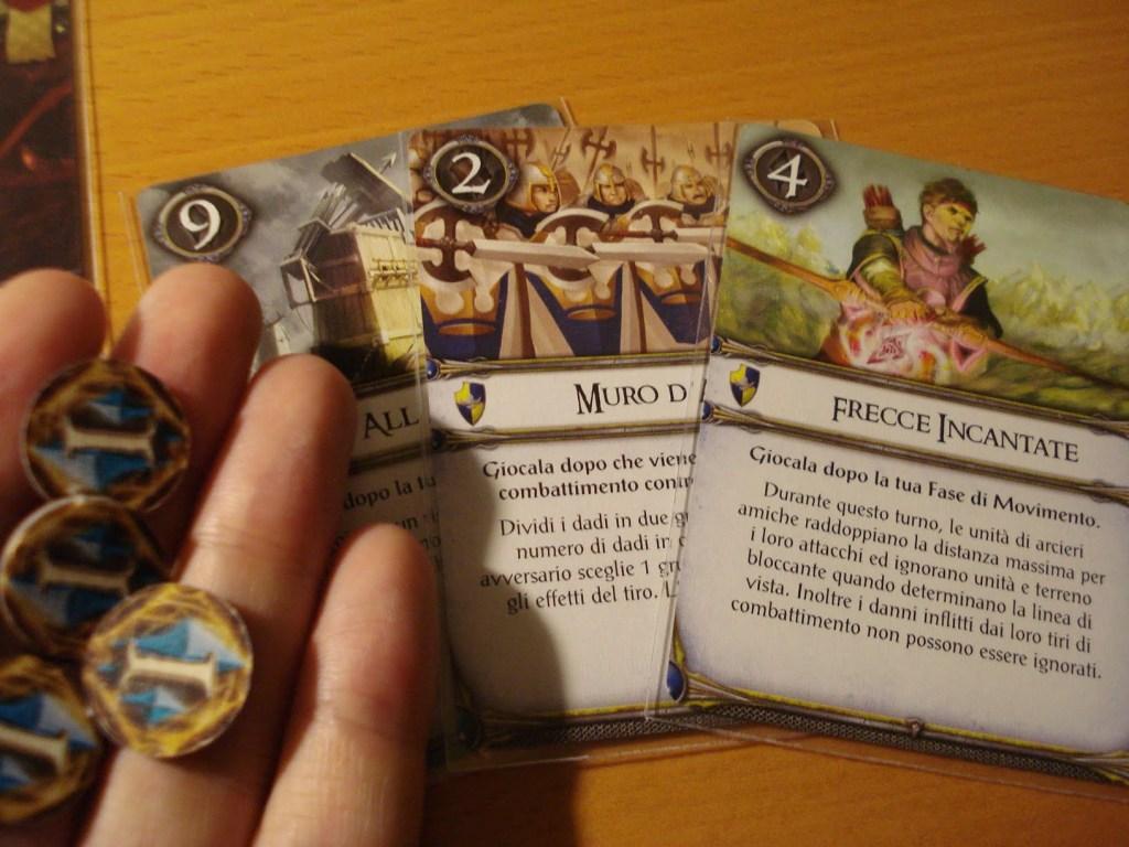 Le carte sapere aggiungono un tocco di magia e di imprevisto al gioco: sono diverse per le due fazioni, in modo da essere il più possibile tematiche.