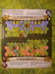 Le carte scenario scelte dai due giocatori compongono la mappa di gioco e determinano le regole con cui si assegneranno i punti vittoria.
