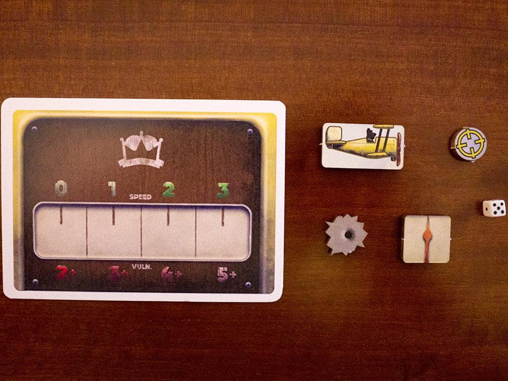 """Le diverse tipologie di componenti all'interno della scatola. Quello più a destra è il dado in versione """"Tesoro, mi si sono ristretti i ragazzi"""""""