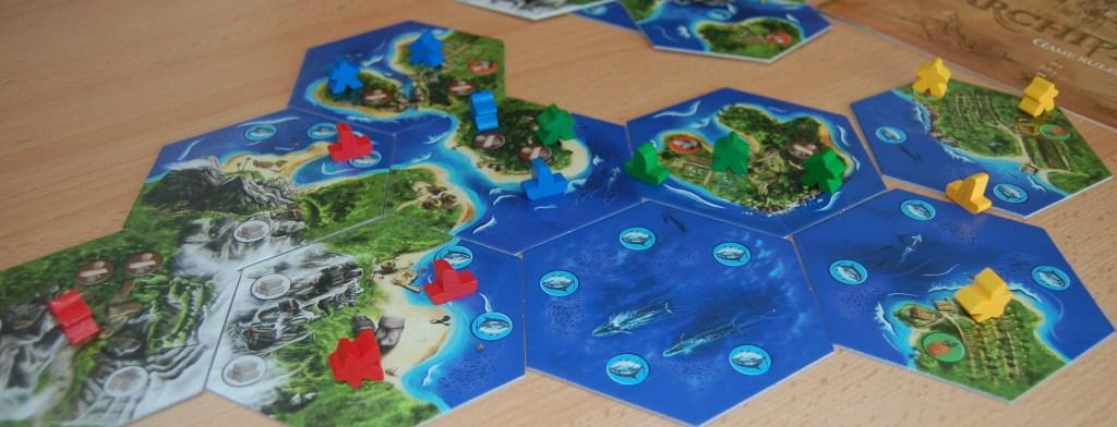 Si inizia tutti assieme da un esagono di solo mare da cui ogni giocatore inizia la propria esplorazione.