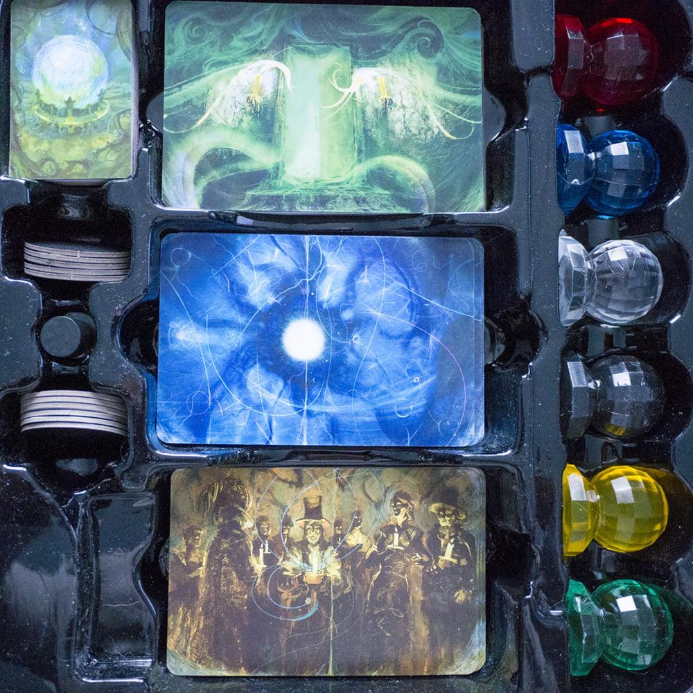 Vista in dettaglio delle carte e degli altri componenti del gioco.
