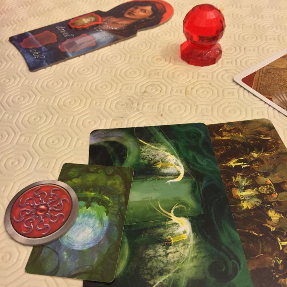 L'investigatore rosso ha ricevuto il suo tris da indovinare, composto da oggetto, luogo e personaggio.