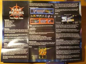 Sono inclusi due foglietti di istruzioni, uno per giocare in due e uno per il multiplayer fino a 6 giocatori.