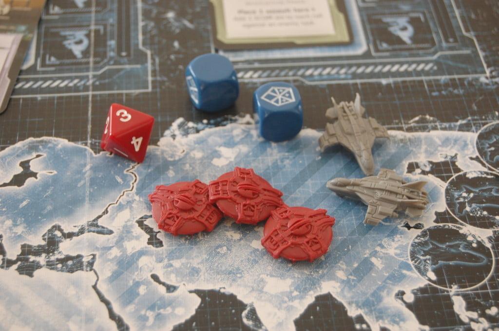 2 skyranger permettono di lanciare due dadi. Il dado rosso rappresenta la possbilità di subire danni: nella foo qui sopra, essendo il secondo lancio il giocatore non subisce danni ed elimina un UFO.