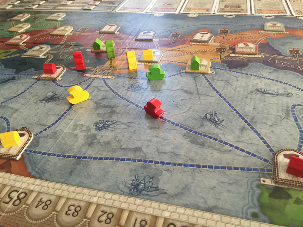 Siamo al secondo turno di gioco e il giocatore rosso non sa scegliere se svernare in Sicilia oppure colonizzare l'Etruria.