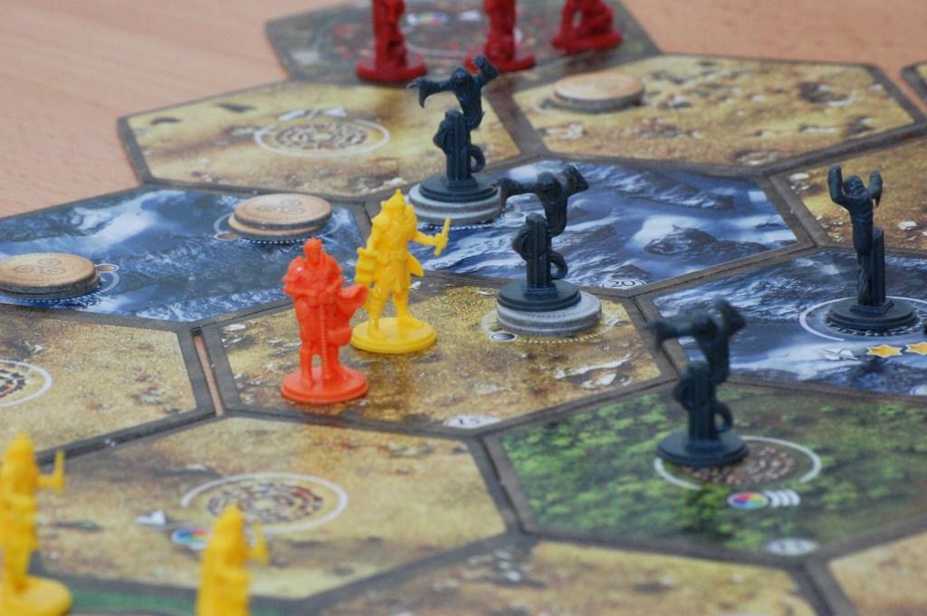 Guerra ed esplorazione: gli ingredienti tipici del mondo fantasy tradizionale.