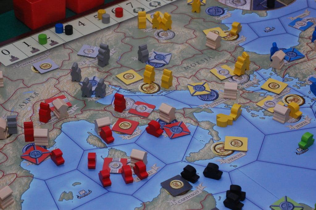 Gli spazi si fanno stretti, le alleanze difficili e le guerre frequenti