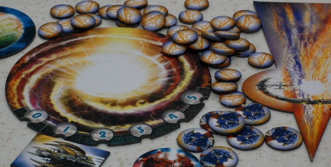Il classico tabellone è rimpiazzato dal warp segnapunti (al centro), dal portale iperspaziale (a destra) e da una serie di token che indicano tecnologie, poteri speciali, ecc.