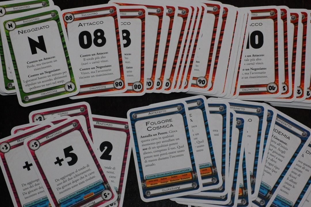 Le carte che potenzialmente possono essere giocate nell'ultima fase dell'incontro sono innumerevoli: in basso a sinistra trovate i rinforzi, a destra invece gli artefatti e (più nascosti) i bagliori.