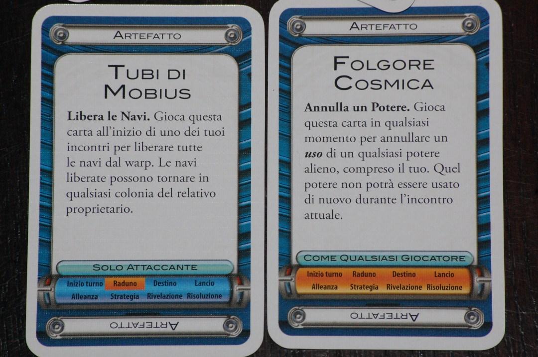 Un paio di carte artefatto: le descrizioni testuali sono accurate e in basso viene espressamente indicato quando è possibile giocarle (come giocatore e come fase dell'incontro).