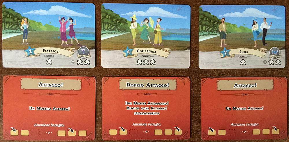 Sul molo della nostra isola, possono sbarcare gruppi di turisti (nella riga in alto) oppure mostri introdotti dalle carte Attacco e Doppio Attacco (nella riga in basso).