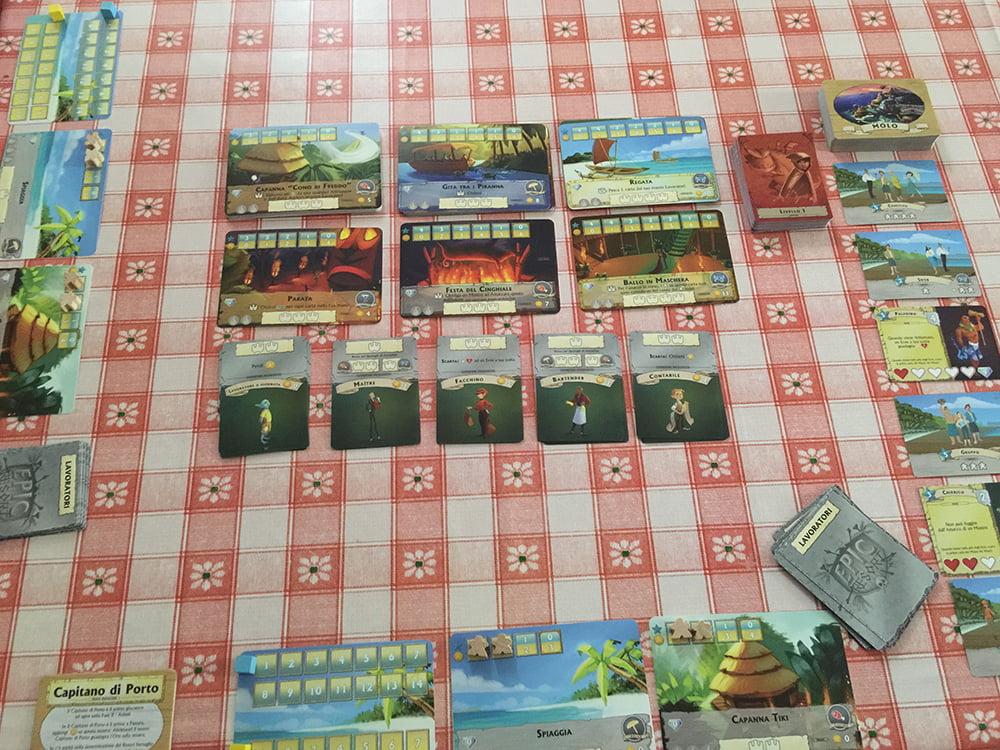 Il setup per 2 giocatori è stato completato (osservate sulla destra la colonna di carte che costituiscono il molo).
