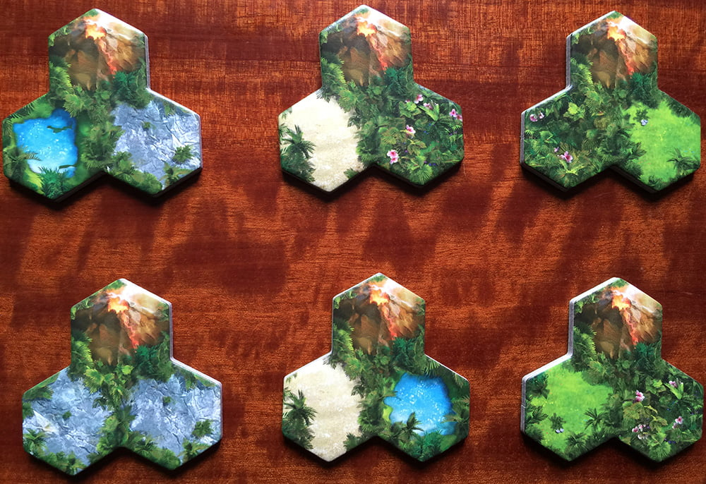 Alcuni esempi di tessere terreno: evitando facili battute sulla loro forma, notate il vulcano sempre al centro di esse, perché è quello il fulcro delle regole del loro piazzamento.