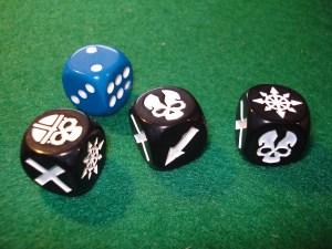 I dadi contenuti nella scatola: tre custom e uno standard.