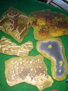 Gli elementi di paesaggio (terreni) contenuti nella scatola, utilizzabili anche con effetti diversi sul retro.