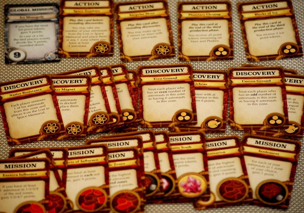 """Le piccole carte """"missioni"""", """"Azioni"""", """"scoperte""""."""