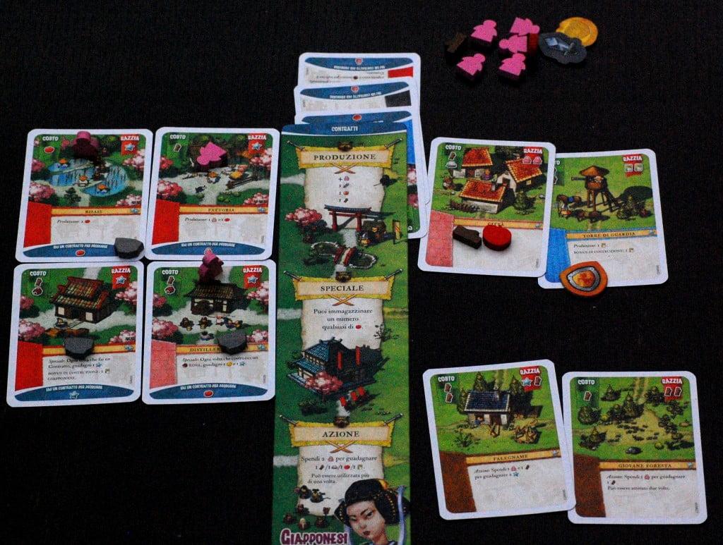 I giapponesi a meta partita (a circa meta del terzo turno). A sx le carte razza a dx le carte Comuni. In alto la produzione, al centro le carte Bonus. in basso le azioni speciali